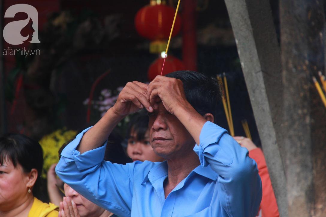 TP.HCM: Hàng ngàn người dân đi chùa cầu an, chen chúc xuống phố xem Bát Tiên khiến các tuyến đường kẹt cứng - Ảnh 12.