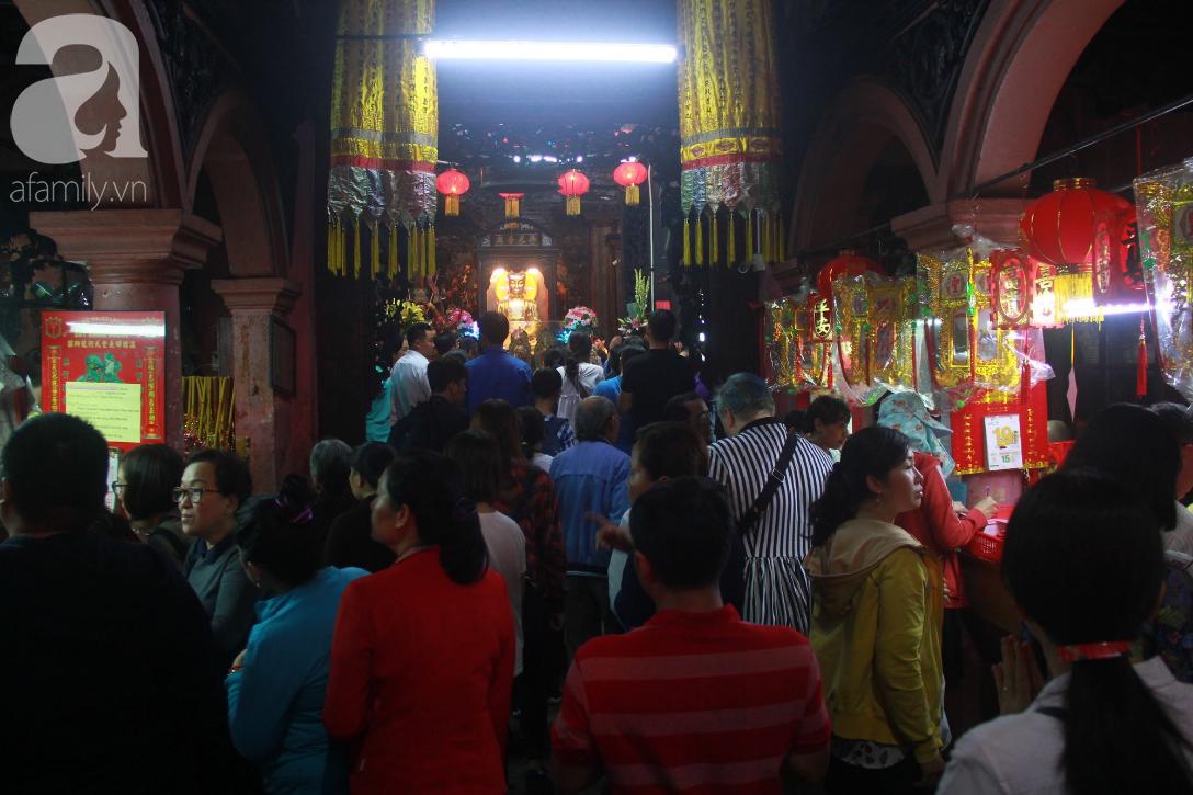 TP.HCM: Hàng ngàn người dân đi chùa cầu an, chen chúc xuống phố xem Bát Tiên khiến các tuyến đường kẹt cứng - Ảnh 6.