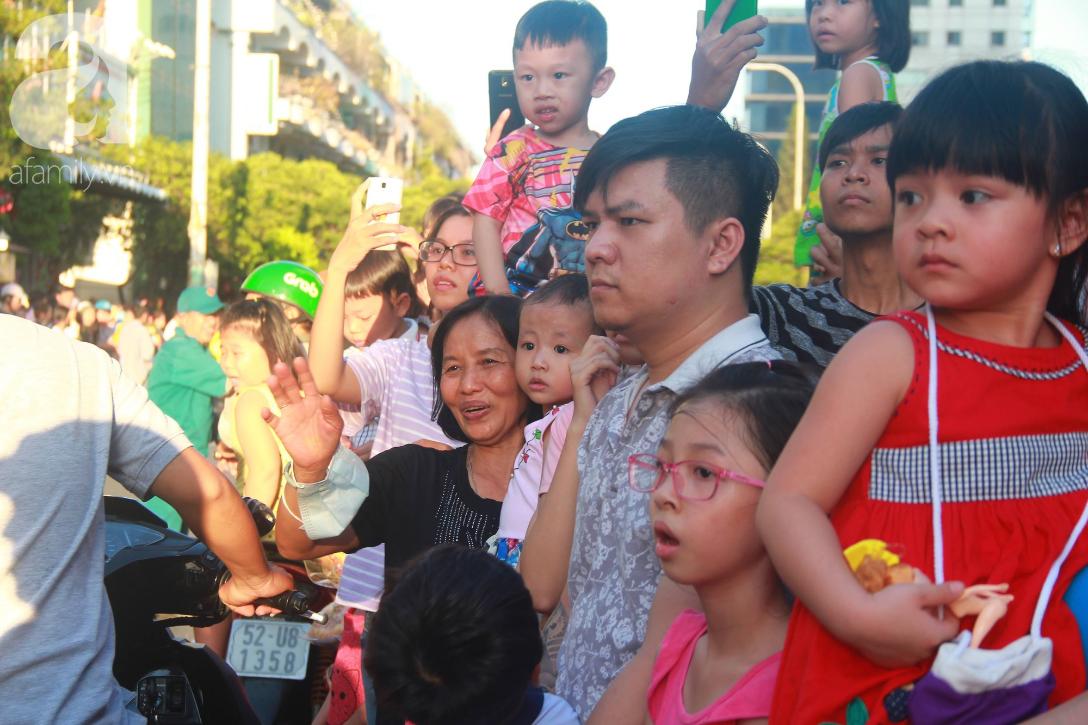 TP.HCM: Hàng ngàn người dân đi chùa cầu an, chen chúc xuống phố xem Bát Tiên khiến các tuyến đường kẹt cứng - Ảnh 4.