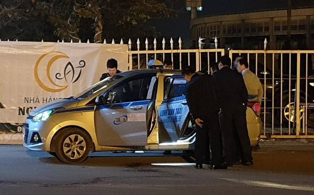 Nhiều tình tiết lạ vụ tài xế taxi bị cứa cổ, tử vong trước sân Mỹ Đình - Ảnh 1.