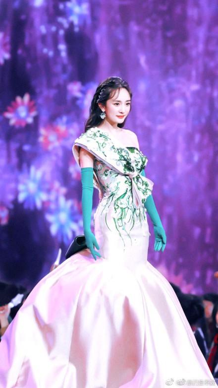 Diện trang phục lộng lẫy tại sự kiện, Dương Mịch vẫn bị chê bai vì lý do này - Ảnh 1.