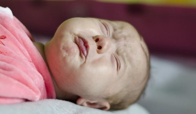 Con gái 7 tháng tuổi la khóc vì bị viêm sưng vùng kín, bác sĩ chỉ ra sai lầm của người mẹ và nhiều phụ huynh khác - Ảnh 1.