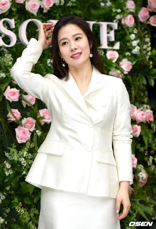 Người yêu cũ của So Ji Sub -  Kim Hyun Joo bất ngờ tái xuất, vẫn xinh đẹp rạng ngời dù đã bước qua tuổi 41 - Ảnh 1.
