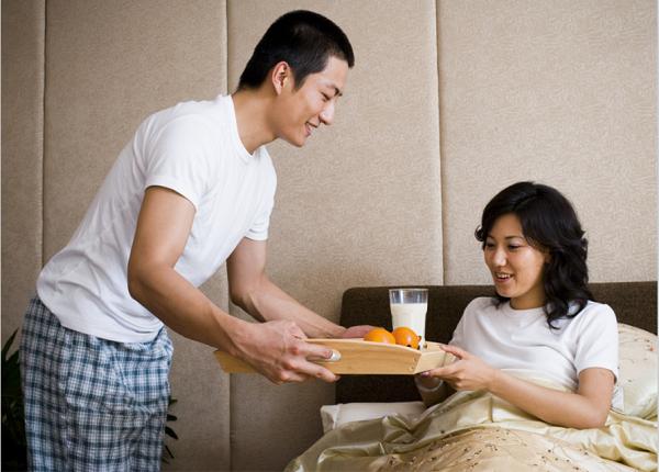 Mong mãi mới có con, hạnh phúc vì được chồng chăm như trứng mỏng, đến khi khám thai chồng hỏi bác sĩ 1 câu mà vợ nghẹn đắng - Ảnh 1.