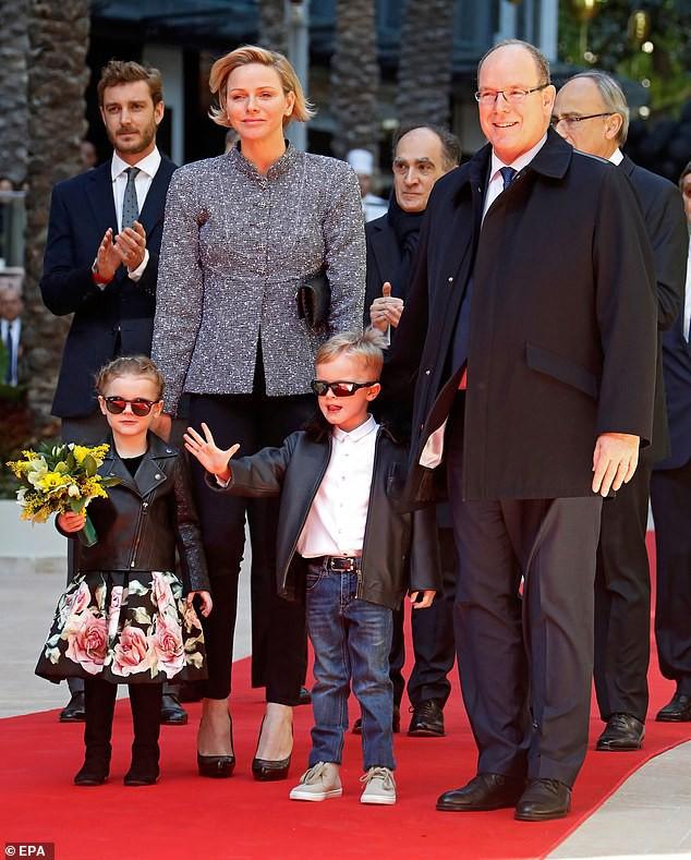 Cặp song sinh của hoàng gia Monaco bất ngờ xuất hiện cực ngầu, sành điệu trên thảm đỏ khiến dư luận phát sốt hơn cả 3 con nhà Công nương Kate - Ảnh 1.