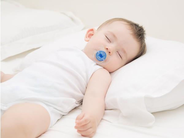 Những nguy cơ trẻ gặp phải nếu nằm gối quá sớm: Cha mẹ cần biết để tránh ngay - Ảnh 1.