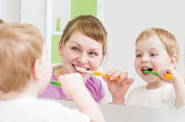 Bé 3 tuổi phải nhổ răng sâu, nguyên nhân không ngờ là từ hành vi mà nhiều người lớn vẫn thường làm với con trẻ - Ảnh 1.