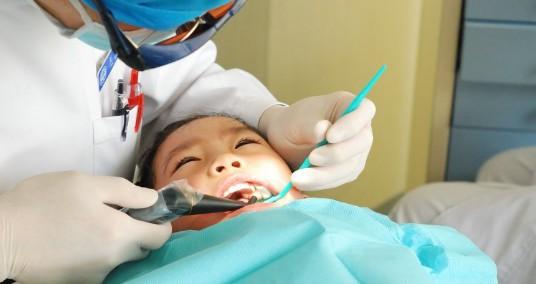 Bé 3 tuổi phải nhổ răng sâu, nguyên nhân không ngờ là từ hành vi mà nhiều người lớn vẫn thường làm với con trẻ - Ảnh 2.