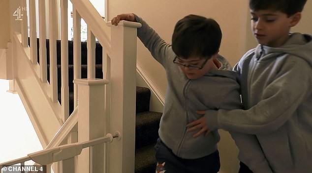 Được em trai nhận trách nhiệm chăm sóc, cậu bé 9 tuổi mắc hội chứng Down bất ngờ nói điều khiến nhiều người xúc động - Ảnh 2.
