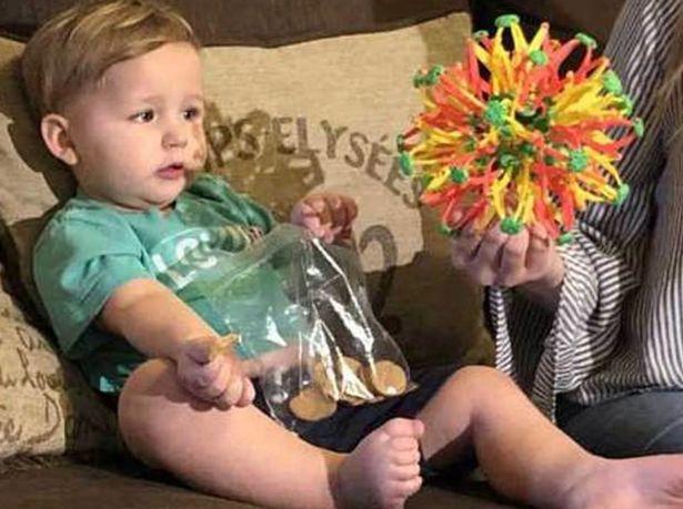 Bất chấp tất cả để chui vào máy gắp trò chơi, cậu bé 2 tuổi này nhận kết quả không thể nào đắng hơn được - Ảnh 4.