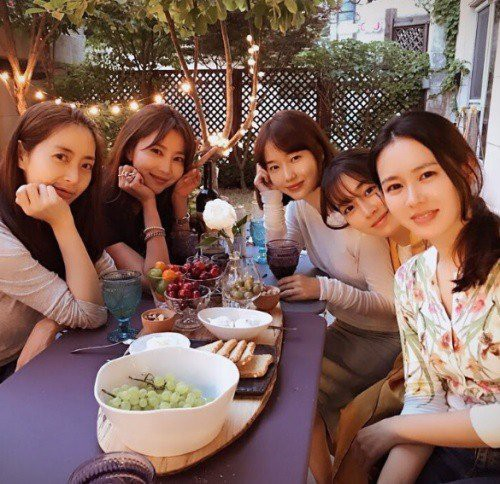 Bức ảnh hot nhất mùng 4 Tết: Hội chị đại toàn mỹ nhân cực kỳ quyền lực của showbiz Hàn 2019 tụ hội  - Ảnh 3.