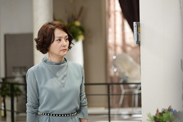Thấy con trai rửa bát, mẹ chồng phán mua váy về mà mặc và phản ứng nhẹ nhàng nhưng đanh thép của nàng dâu - Ảnh 1.