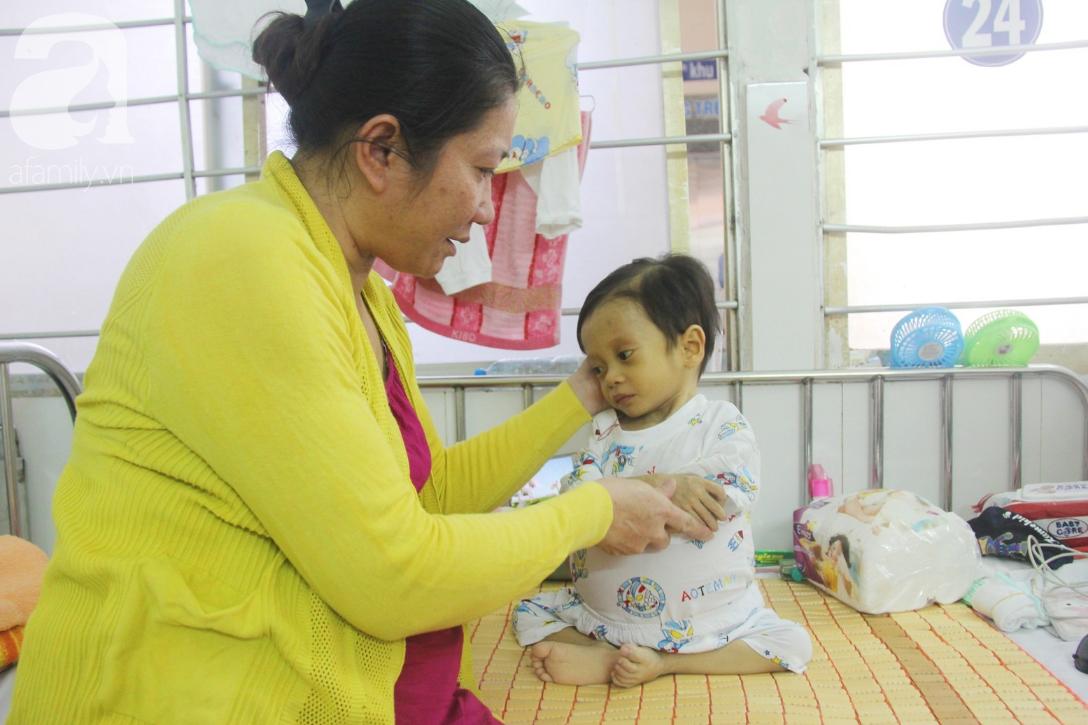 Gần 1,5 tỷ đồng giúp đỡ bé trai 19 tháng bị xơ gan, bụng to như cái trống có cơ hội đi nước ngoài chữa bệnh - Ảnh 7.