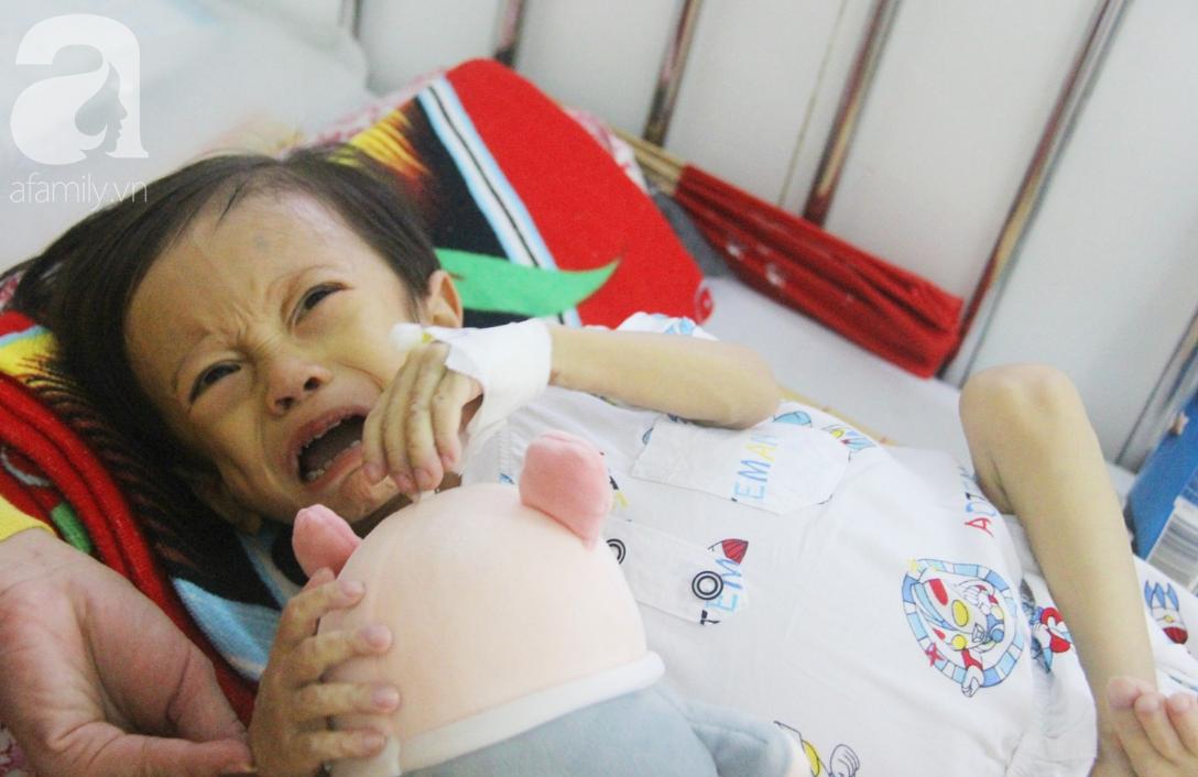 Gần 1,5 tỷ đồng giúp đỡ bé trai 19 tháng bị xơ gan, bụng to như cái trống có cơ hội đi nước ngoài chữa bệnh - Ảnh 4.