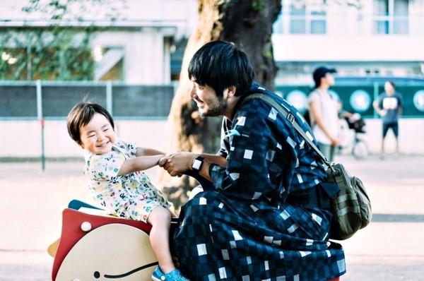 Nhiếp ảnh gia Nhật Bản mắc bệnh ung thư nguyện dành 3 năm còn lại chụp ảnh dành tặng con - Ảnh 1.