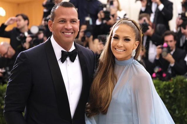 Jennifer Lopez chính thức đính hôn ở tuổi 50 sau 3 cuộc hôn nhân đổ vỡ, chiếc nhẫn trăm tỷ bạn trai cô tặng gây chú ý - Ảnh 1.