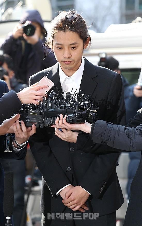 """""""Kẻ biến thái"""" Jung Joon Young lộ diện tại sở cảnh sát, khung cảnh hỗn loạn phản ánh sự phẫn nộ của dư luận xứ Hàn - Ảnh 4."""