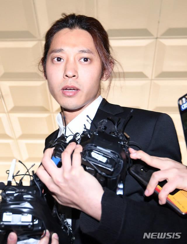 """""""Kẻ biến thái"""" Jung Joon Young lộ diện tại sở cảnh sát, khung cảnh hỗn loạn phản ánh sự phẫn nộ của dư luận xứ Hàn - Ảnh 5."""
