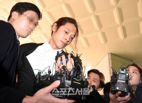 """""""Kẻ biến thái"""" Jung Joon Young lộ diện tại sở cảnh sát, khung cảnh hỗn loạn phản ánh sự phẫn nộ của dư luận xứ Hàn - Ảnh 7."""