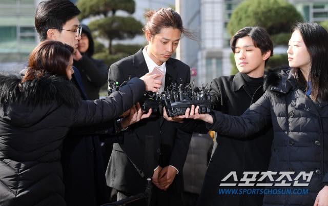 """""""Kẻ biến thái"""" Jung Joon Young lộ diện tại sở cảnh sát, khung cảnh hỗn loạn phản ánh sự phẫn nộ của dư luận xứ Hàn - Ảnh 2."""