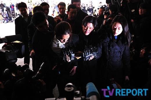 """""""Kẻ biến thái"""" Jung Joon Young lộ diện tại sở cảnh sát, khung cảnh hỗn loạn phản ánh sự phẫn nộ của dư luận xứ Hàn - Ảnh 11."""