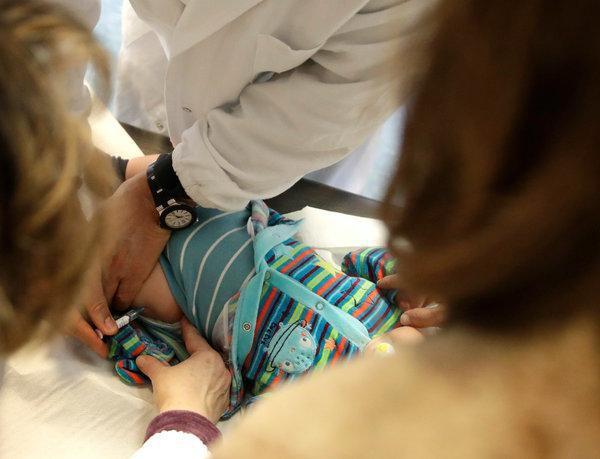 Từ chối cho con tiêm vắc xin, cha mẹ ở nhiều quốc gia bị phạt nặng, trẻ chưa tiêm chủng có thể bị đình chỉ học - Ảnh 1.