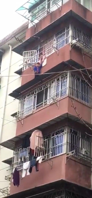 Cảnh tượng thót tim: Bé gái 8 tuổi dũng cảm nắm chặt tay em trai lơ lửng trên tầng 5 suốt gần nửa tiếng chờ được cứu - Ảnh 1.
