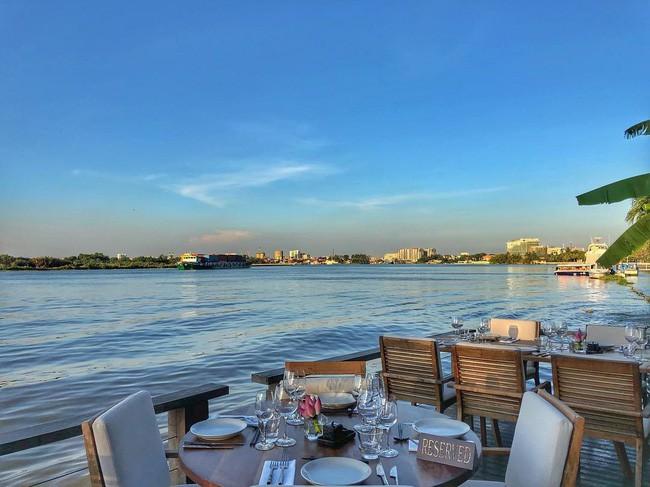 4 nhà hàng ven sông lộng gió thích hợp cho người Sài Gòn trốn nắng oi, tận hưởng ngày cuối tuần bình yên - Ảnh 1.