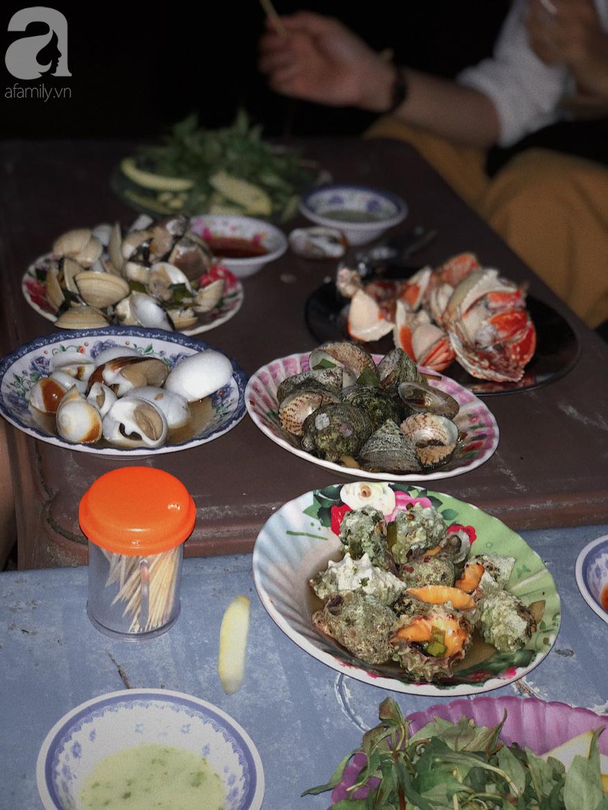 Mùa hè đi Quy Nhơn, hãy ghé ngay quán ốc siêu đông, gọi món không cần nhìn giá này: Ốc biển sang chảnh 20k/dĩa, hàu 5k/con - Ảnh 13.
