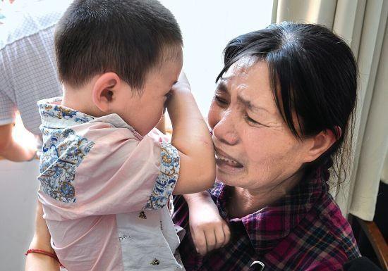 Bé trai 1 tuổi tắm xong đột ngột bị mù, đưa đến bệnh viện thì bác sĩ xác định nguyên nhân đến từ sai lầm của bà nội - Ảnh 2.