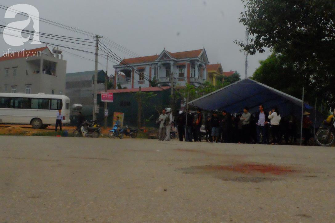 Hiện trường ngổn ngang vụ xe khách đâm đoàn người đưa tang khiến 7 người chết, 3 người bị thương nặng - Ảnh 11.