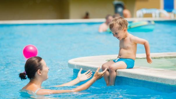 Hè đã cận kề cha mẹ đặc biệt chú ý tránh những lỗi lầm phổ biến này để bảo vệ con khỏi đuối nước khi đi bơi - Ảnh 2.