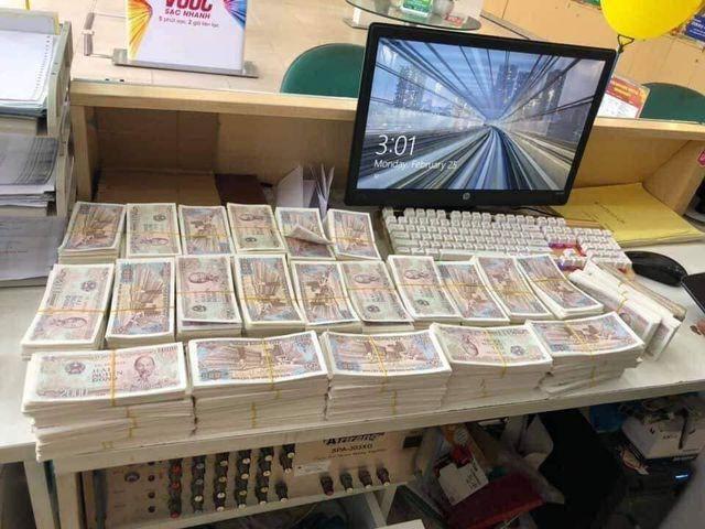 Chồng mang thùng tiền lẻ đi mua điện thoại 23 triệu tặng vợ ngày 8/3, cả cửa hàng được phen choáng váng vì đếm tiền mỏi tay - Ảnh 1.