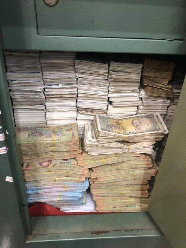 Chồng mang thùng tiền lẻ đi mua điện thoại 23 triệu tặng vợ ngày 8/3, cả cửa hàng được phen choáng váng vì đếm tiền mỏi tay - Ảnh 3.