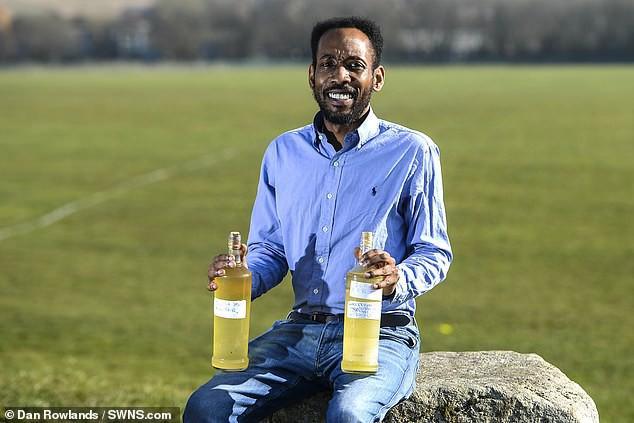 Người đàn ông Anh uống nước tiểu chính mình mỗi ngày để cảm thấy thông minh và hạnh phúc hơn - Ảnh 1.