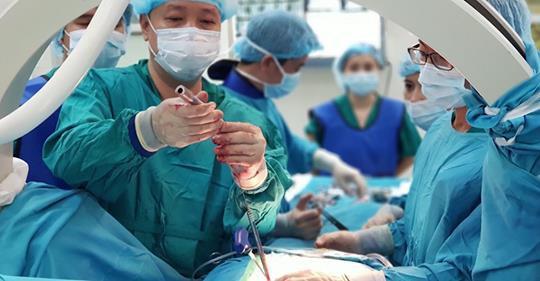 BV Thanh Nhàn thực hiện kỹ thuật mới trong phẫu thuật cột sống giúp bệnh nhân phục hồi chỉ sau 2 ngày - Ảnh 1.
