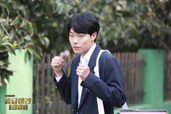 Mắt tròn mắt dẹt dàn sao Hàn hơn 30 tuổi đình đám mặc đồng phục học sinh: Toàn thánh hack tuổi, số 1 và 5 bất ngờ - Ảnh 2.