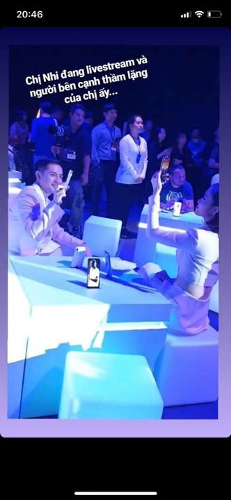 Có ai yêu Đông Nhi nhiều như Ông Cao Thắng: Nàng mải mê livestream, chàng kiên nhẫn ngồi bên cạnh rọi flash - Ảnh 1.