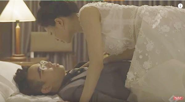 Hot girl Trâm Anh hôn môi, đè ngửa bạn diễn nam ra giường trong bộ phim này - Ảnh 6.