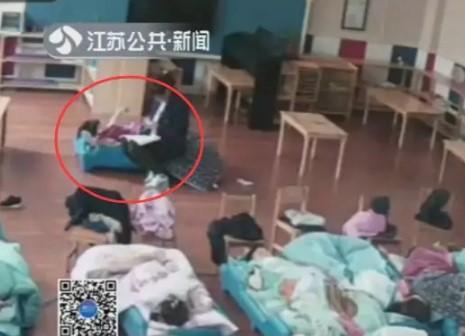 Bé gái 3 tuổi bị giáo viên mầm non trùm chăn lắc mạnh - Ảnh 3.