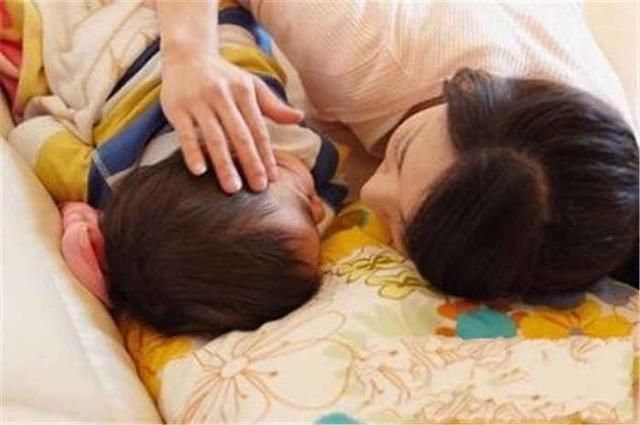 Không cho con ngủ cùng để tập tính độc lập, mẹ nhận lấy cái kết đau lòng và lời khuyên của chuyên gia khiến phụ huynh đồng tình - Ảnh 1.