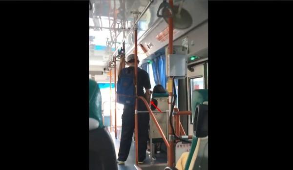 Đang đi xe buýt, nam thanh niên tiến đến, đứng gần nữ sinh đang ngủ gật rồi giở trò biến thái, ai nhìn vào cũng thấy ghê tởm - Ảnh 1.