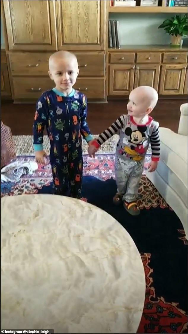 Nghịch máy cạo râu, 2 đứa trẻ mếu máo nhận về quả đầu thảm họa rồi khóc thét trước cách xử lý không ngờ của người mẹ - Ảnh 4.
