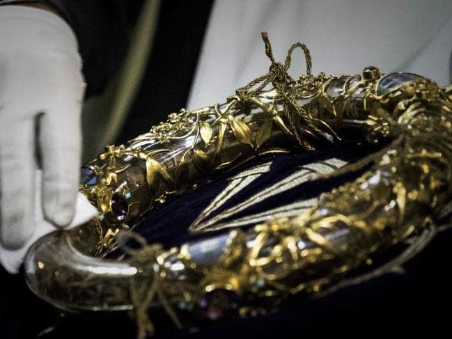 Vương miện gai của Chúa Giê-su cùng các bảo vật khác vẫn được giữ nguyên vẹn một cách kỳ diệu sau ngọn lửa hung tàn bao trùm Nhà thờ Đức Bà Paris - Ảnh 2.