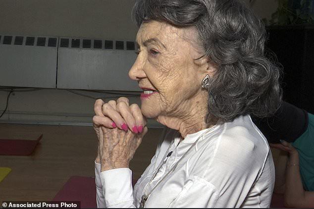 Giáo viên yoga cao tuổi nhất thế giới: 100 tuổi, 4 lần thay khớp hông vẫn dạy yoga và tập khiêu vũ - Ảnh 2.