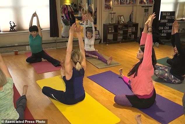 Giáo viên yoga cao tuổi nhất thế giới: 100 tuổi, 4 lần thay khớp hông vẫn dạy yoga và tập khiêu vũ - Ảnh 4.