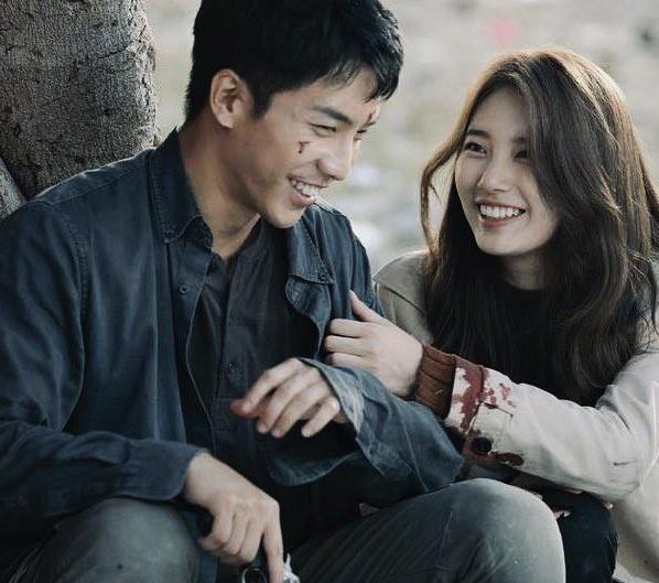 Phim của Lee Seung Gi - Suzy bất ngờ bị dời lịch chiếu - Ảnh 1.