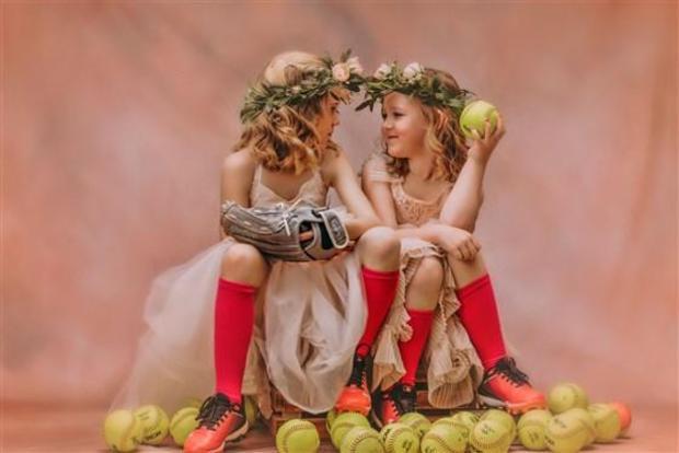 Chẳng muốn con mình lựa chọn giữa dịu dàng hay cá tính, người mẹ quyết định chụp bộ ảnh kết hợp cả hai phong cách ai nhìn vào cũng trầm trồ vì quá sức đỉnh - Ảnh 5.