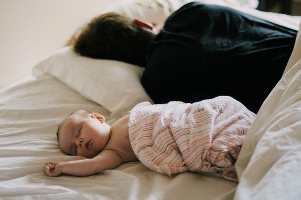 Bố mẹ vô tình ngủ thiếp đi, đến khi tỉnh dậy thì chết lặng vì thấy con mình đã ra đi từ lúc nào trong vòng tay của bố - Ảnh 2.