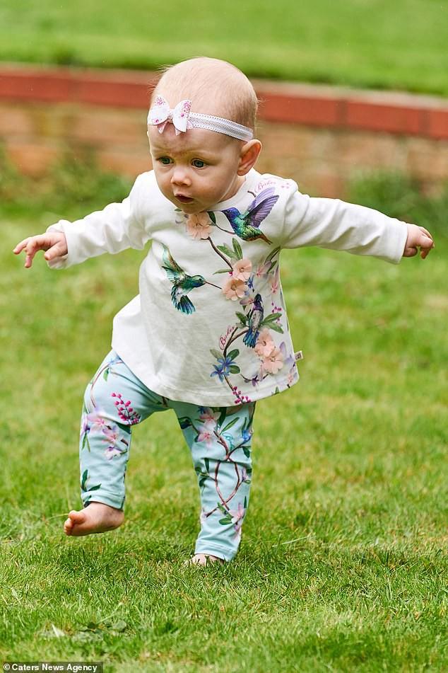 Con gái 6 tháng tuổi chưa biết bò đã đốt cháy giai đoạn làm được điều kỳ diệu khiến bố mẹ sốc lên sốc xuống - Ảnh 1.